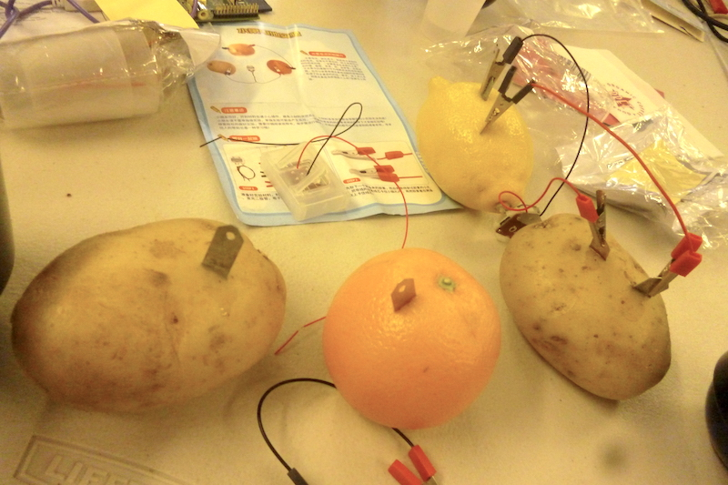 two potatoes and orange and lemon linked to diodes and a clock